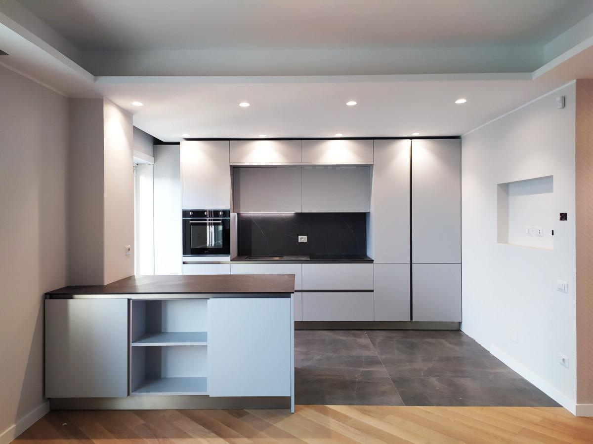 cucina di design dopo la ristrutturazione appartamento