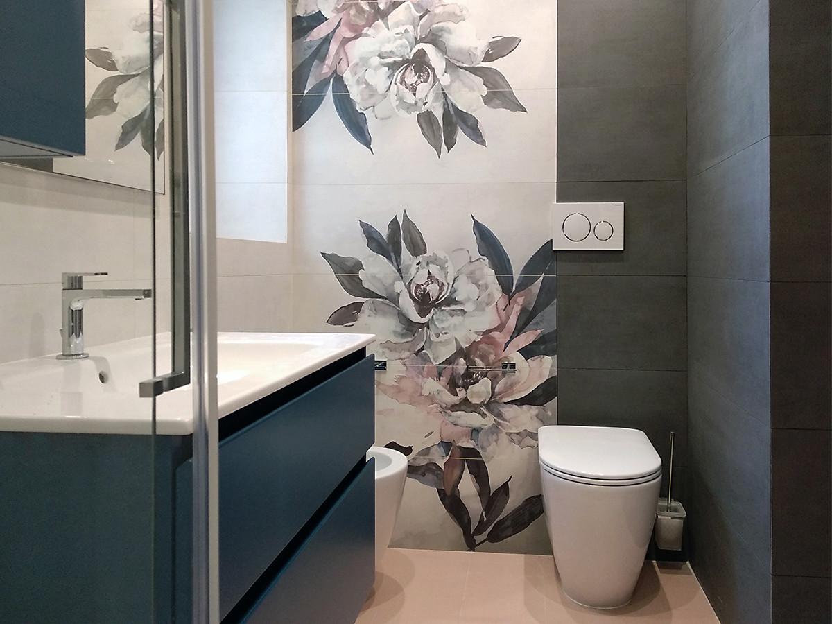 ristrutturazione appartamento- bagno padronale con rivestimento fiore