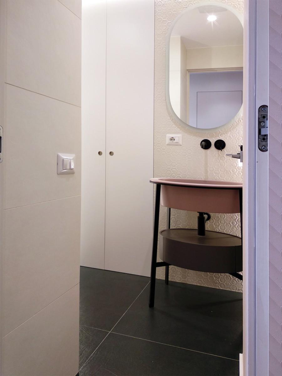 ristrutturazione appartamento - bagno ospiti con armadio filo muro