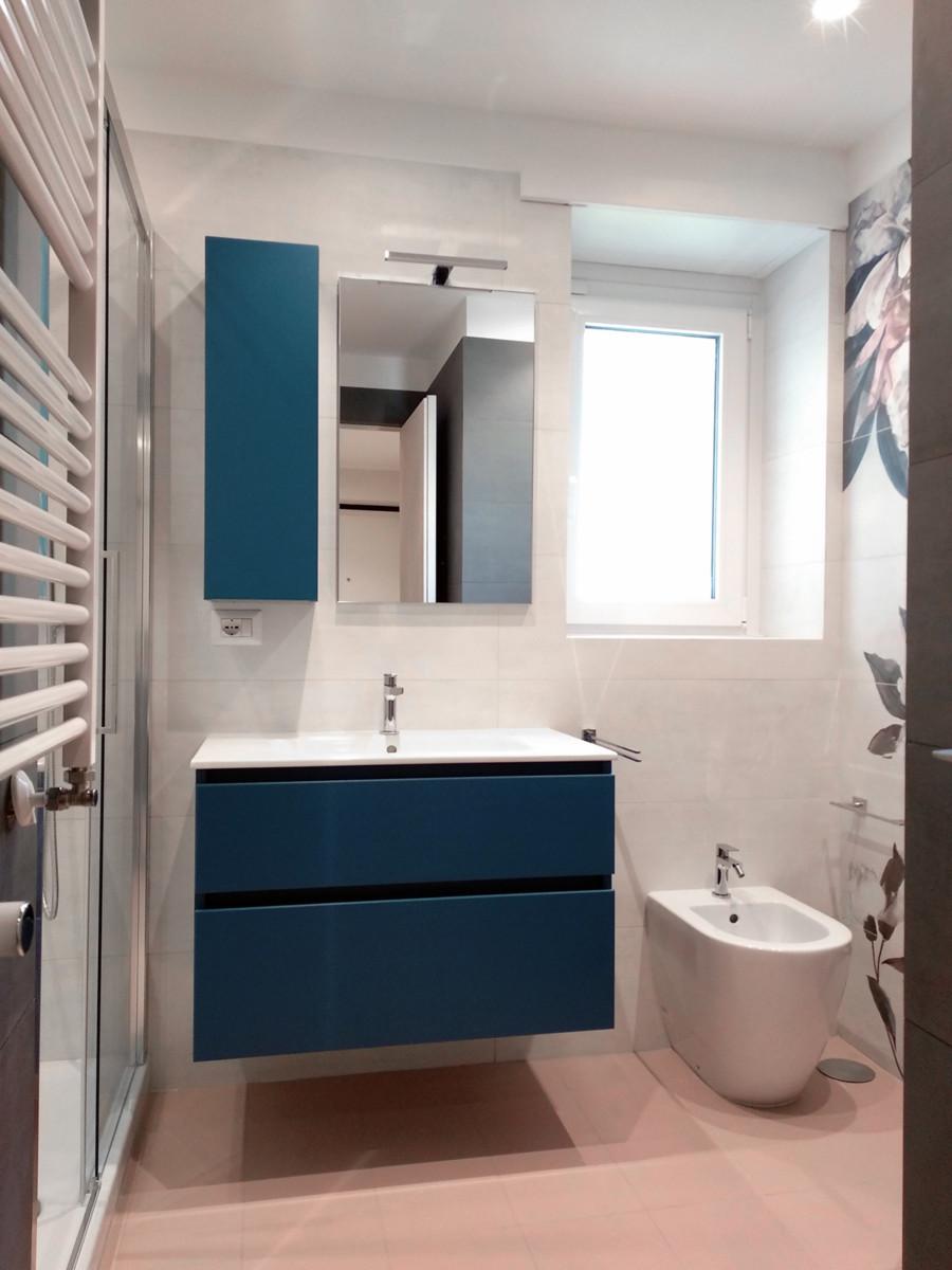 ristrutturazione appartamento con mobile bagno blu
