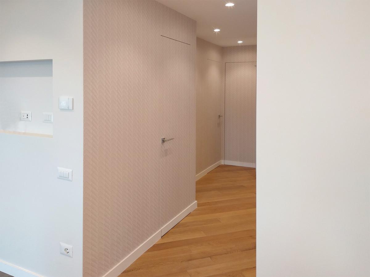 corridoio con porte invisibile